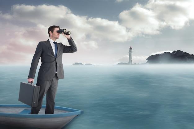 Imagen compuesta del empresario en barco con binoculares