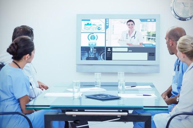 Imagen compuesta de equipo de médicos en una reunión
