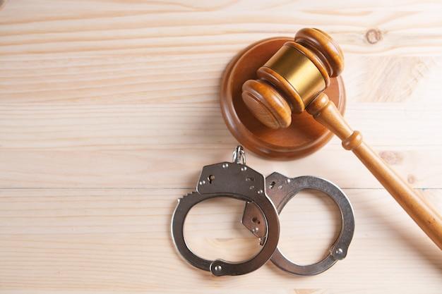 Imagen del concepto de derecho legal - martillo y esposas