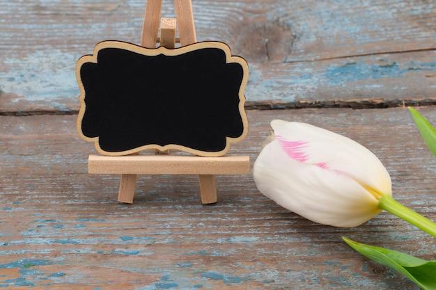 Imagen del concepto del día de la madre. tablero con espacio vacío para un texto y tulipanes blancos