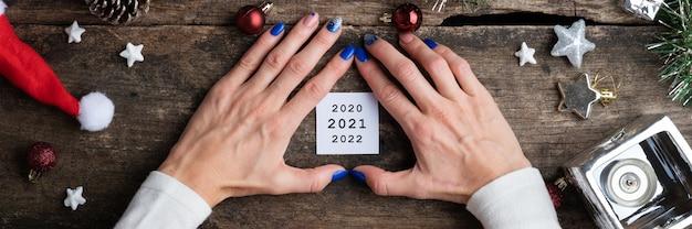 Imagen conceptual de año nuevo - papel post-it blanco con fechas