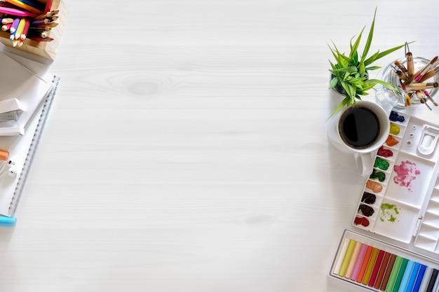 Imagen conceptual de la mesa de trabajo del diseñador gráfico artista blanco. vista superior y espacio de copia.