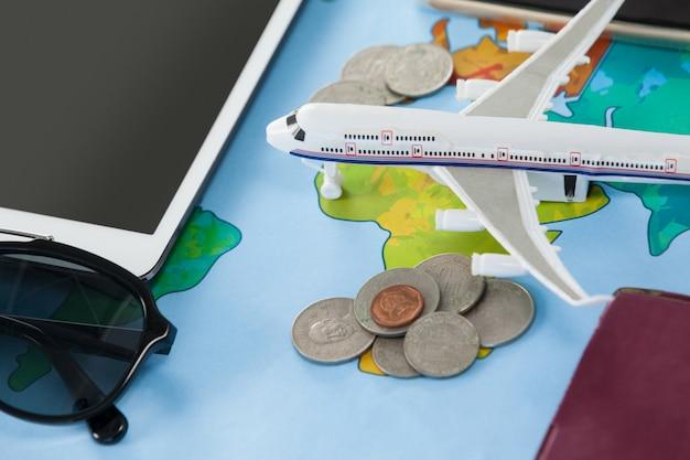 Imagen conceptual de vacaciones y turismo con accesorios de viaje.