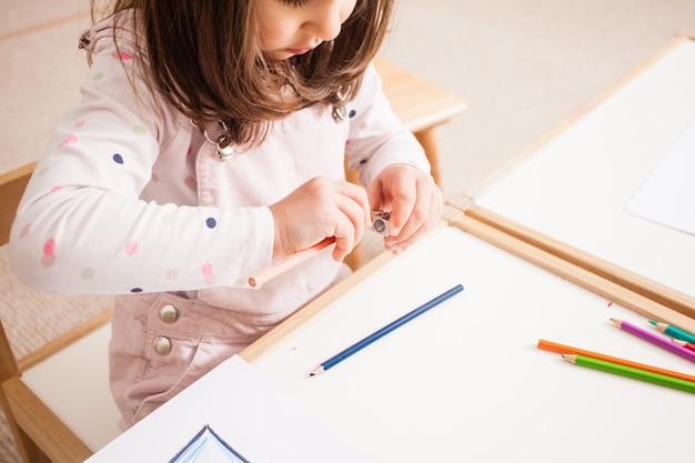 Imagen creativa de dibujo de niña con lápices azules