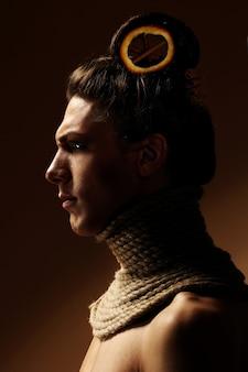 Imagen creativa con naranja y canela en un peinado