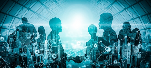 Imagen creativa de reunión de grupo de conferencia de muchos empresarios