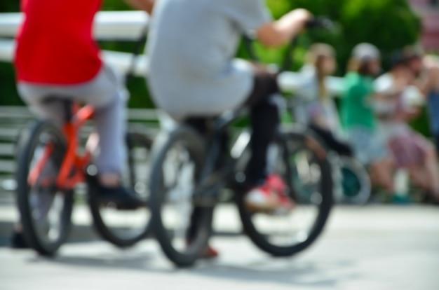 Imagen desenfocada de mucha gente con motos bmx. encuentro de aficionados a los deportes extremos.