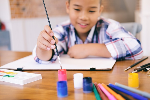 Imagen del dibujo del muchacho del niño en casa.