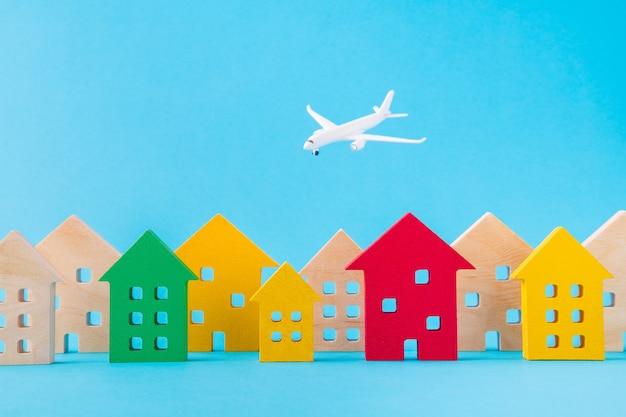 Imagen de diseño de arte de avión de desarrollo de la ciudad de asentamiento de figuras de madera volando