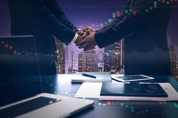 La imagen de doble exposición del apretón de manos empresarial para el éxito del acuerdo de inversión