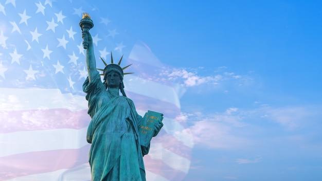 Imagen de doble exposición de la bandera estadounidense y la estatua de la libertad