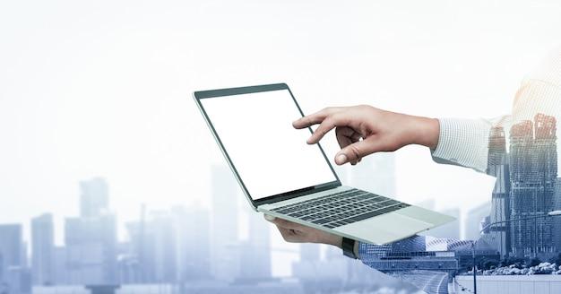 Imagen de doble exposición del hombre de negocios uso computadora
