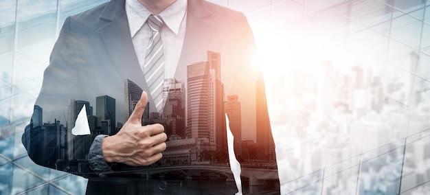 Imagen de doble exposición de la persona de negocios en el fondo de la ciudad moderna