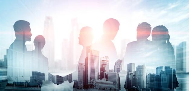 Imagen de doble exposición de reunión de grupo de conferencia de muchos empresarios