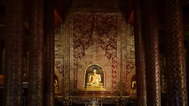 Imagen dorada de buda en el templo.