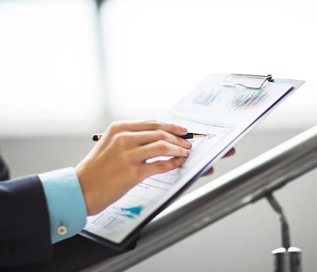 Imagen de empresarios discutiendo sus ideas en la oficina