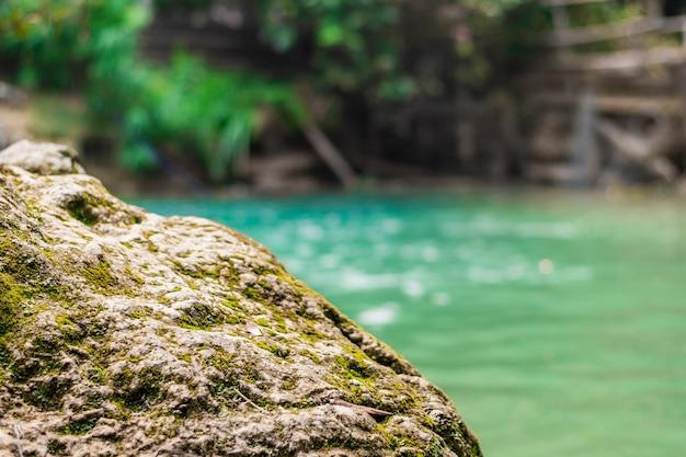 Imagen de enfoque, piedra borrosa, piscina verde