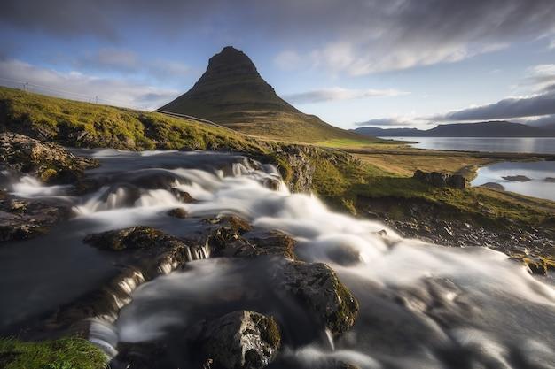 Imagen escénica de islandia, gran vista en el famoso monte kirkjufell.