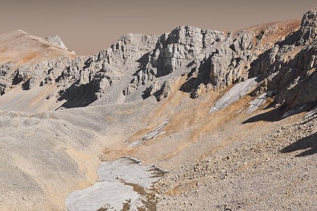 Imagen especulativa de depósitos de hielo en el fondo del cañón marciano