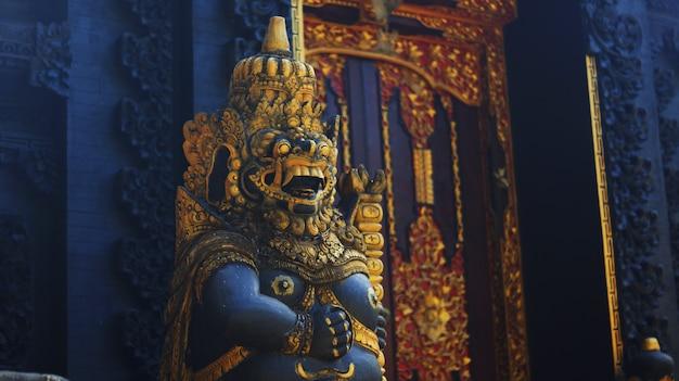 Imagen de la estatua del guardián de la puerta del templo balinés