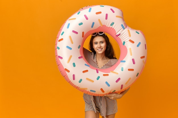 Imagen de estudio de adorable feliz joven mujer caucásica