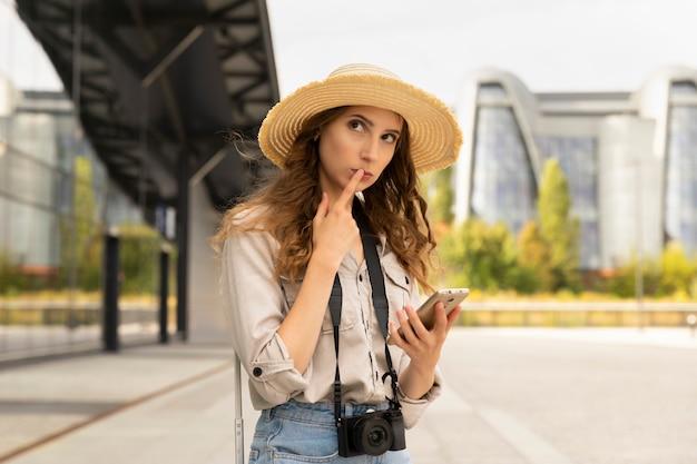 Imagen de la excitación turística joven mujer bonita posando.