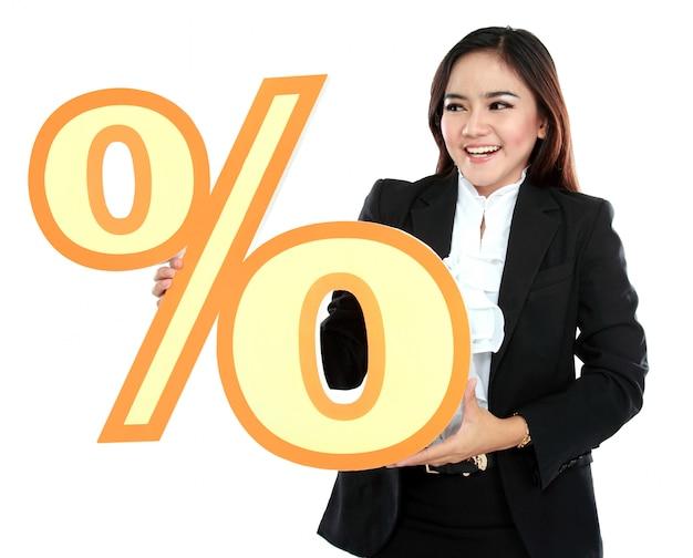 Imagen de feliz empresaria con cartel de porcentaje