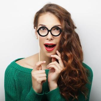 Imagen de fiesta. juguetonas jóvenes sosteniendo una fiesta gafas.
