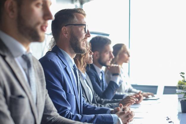 Imagen de la fila de empresarios que trabajan en el seminario.