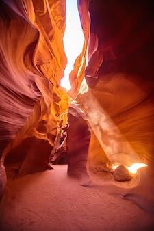 Imagen de filtros de luz en ángulo a través de un cañón naranja