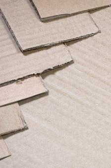 Imagen de fondo con mucho papel de cartulina beige, que se utiliza para hacer cajas para el transporte.