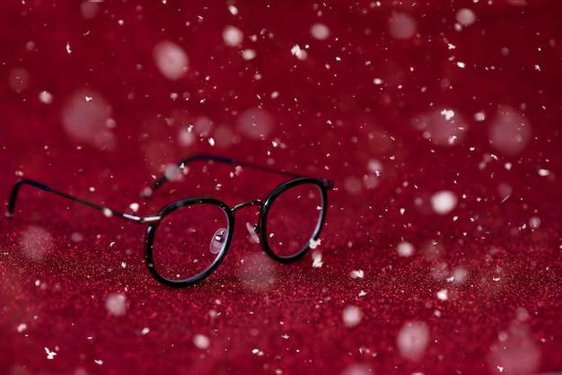 Imagen de fondo rojo y gafas negras. concepto visual