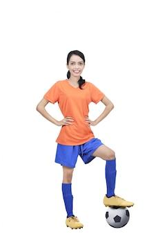 Imagen del futbolista asiático con balón y manos en la cintura