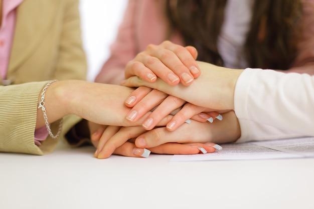 Imagen de gente de negocios con las manos una encima de la otra