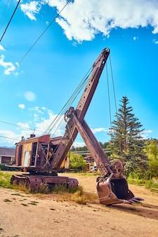 Imagen de grandes equipos de minería contra el cielo azul audaz