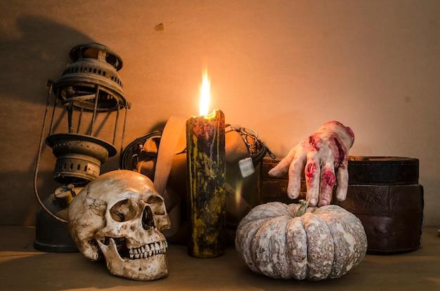 Imagen de halloween con una vela encendida en un cráneo antiguo