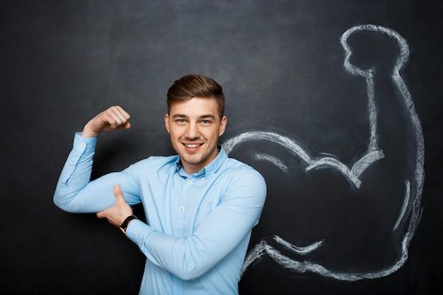Imagen de hombre divertido con brazos musculares falsos