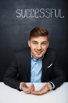 Imagen de un hombre feliz sobre pizarra con texto exitoso