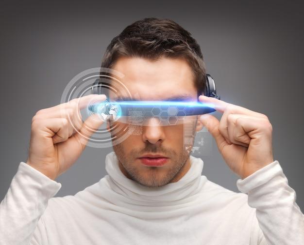 Imagen de hombre guapo con gafas futuristas.