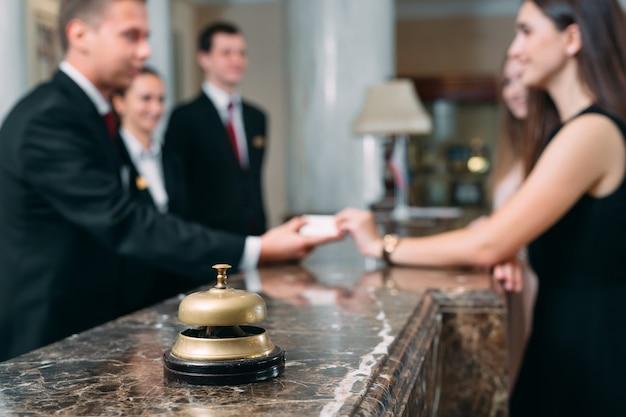 Imagen de los huéspedes que reciben la tarjeta de acceso en el hotel,