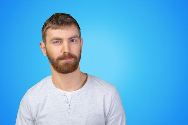 Imagen de un joven casual mirando sospechosamente