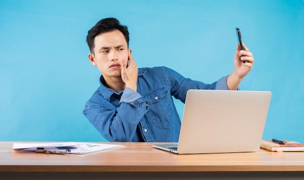 Imagen del joven empresario asiático en azul