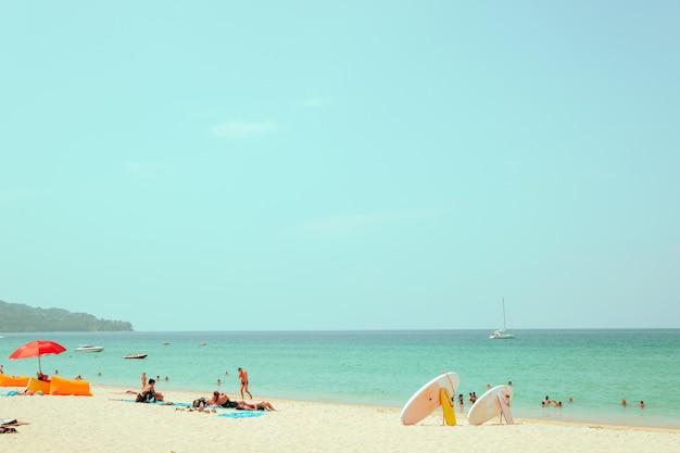 Imagen lejana tomada y cara borrosa de gente de la multitud en la playa de arena