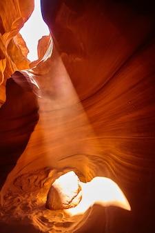 Imagen de luz ilumina una pequeña habitación en un cañón naranja