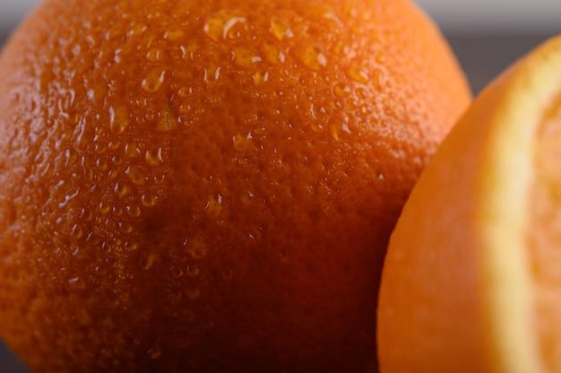 Imagen macro de naranja madura, pequeña profundidad de campo.