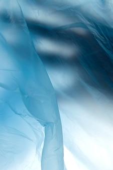 Imagen de la mano en una bolsa de plástico.