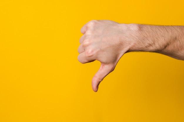 Imagen de la mano humana mostrando el pulgar hacia abajo de forma aislada