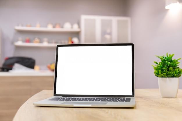 Imagen de la maqueta de un hombre de negocios usando la computadora portátil.