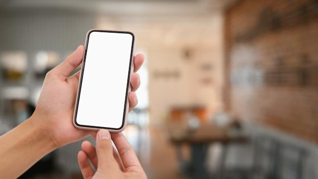 Imagen de maqueta de manos sosteniendo teléfono inteligente