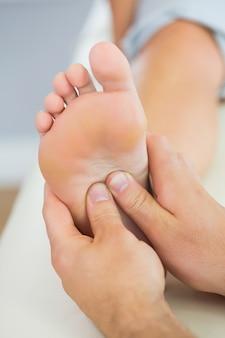 Imagen de masaje de pies administrado por un fisioterapeuta.